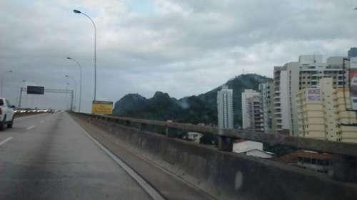 Foto da subida da terceira ponte - Morro do Moreno a esquerda.